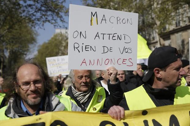 """Macron va dévoiler ses mesures pour sortir de la crise des """"gilets jaunes"""""""