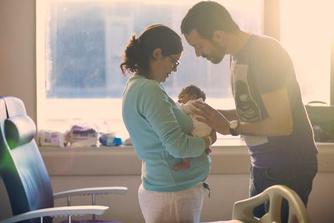 Daarom kan je voortaan langer thuisblijven bij de geboorte van je kind