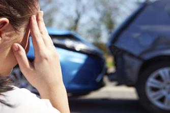 """""""Ik botste tegen een auto op weg naar mijn werk. Is dit een arbeidsongeval?"""""""