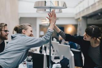 6 verrassende voordelen van de high five op de werkplek