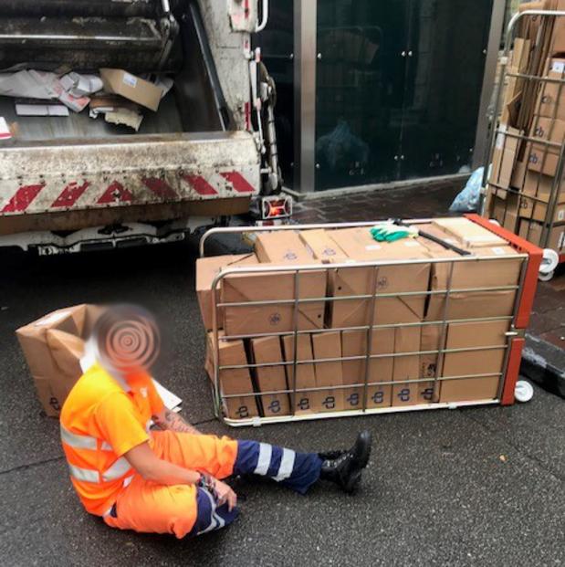 Brugse afvalophaler ernstig gewond door overladen transportkar
