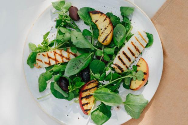 Salade van gegrilde perzik, basilicum, halloumi en zwarte olijven