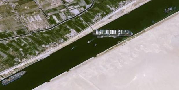 Olie duurder door vastgelopen containerschip in Suezkanaal