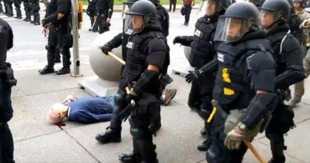 Violences policières contre les Afro-Américains - Deux policiers inculpés pour avoir bousculé et blessé un homme âgé