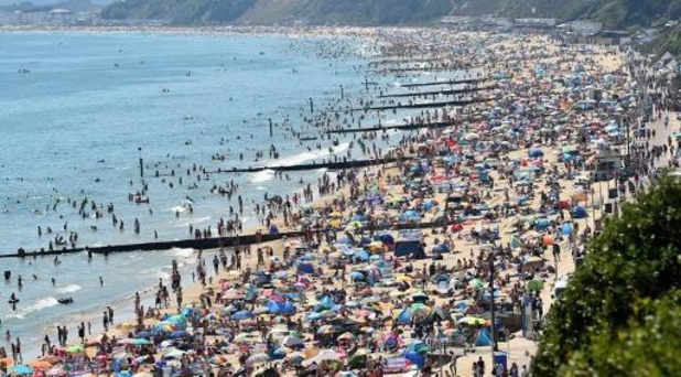Engelse badplaats Bournemouth in rep en roer door massale toeloop strandgangers