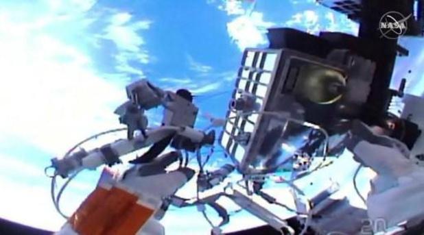 ISS-astronauten wandelen bijna zeven uur in de ruimte