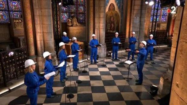 Kerstconcert in veiligheidskledij in zwaar beschadigde Notre-Dame Parijs