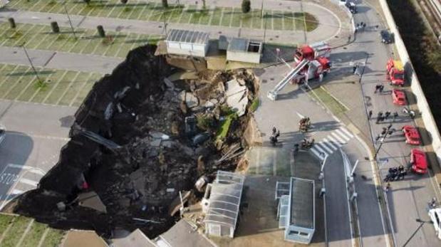Un gouffre énorme s'est ouvert dans le parking d'un hôpital à Naples
