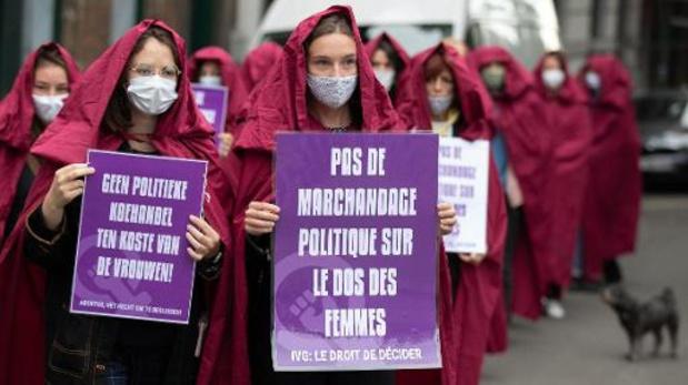 """Des """"servantes écarlates"""" protestent contre l'affrontement politique sur l'avortement"""