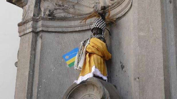 Un costume rwandais offert au Manneken-Pis 25 ans après la fin du génocide