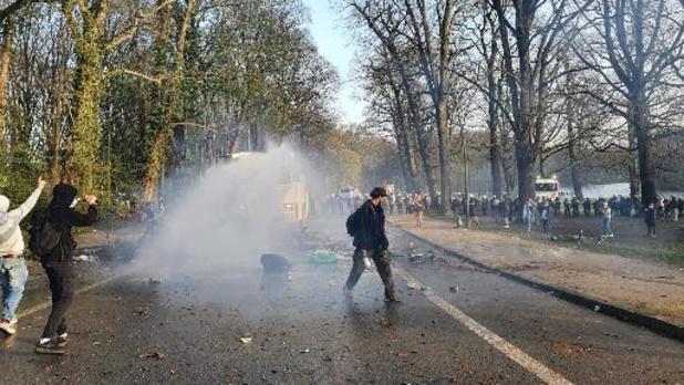 Politie ontruimt Ter Kamerenbos: 4 arrestaties, 3 gewonden