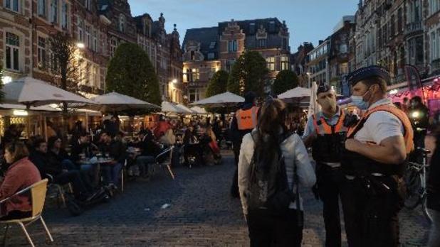 Coronavirus - Grote drukte op Leuvense Oude Markt: politie sluit plein af