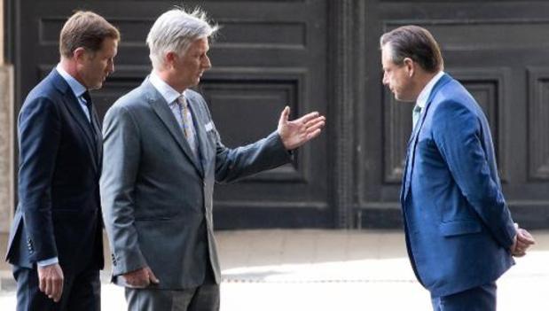 Le Roi invite Paul Magnette et Bart De Wever à prendre des initiatives