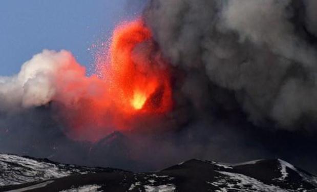 Italie: l'Etna a de nouveau projeté de la lave jusqu'à 300 mètres de haut