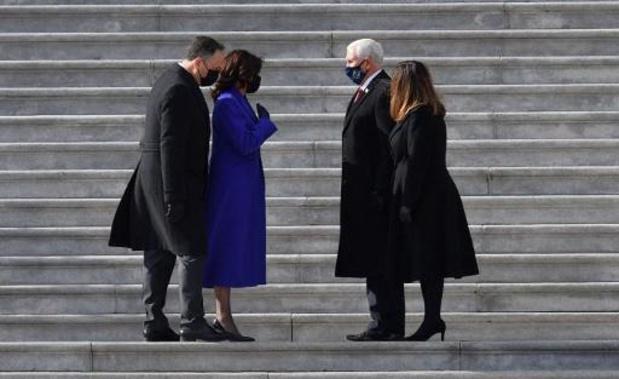 Vicepresident Harris en man zwaaien voorganger Pence en vrouw uit