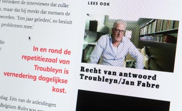 """Conservatoriumstudenten brengen """"sorry-vlag"""" aan op beeld van Fabre in Antwerpen"""