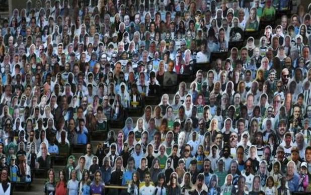 """Duizenden Gladbach-fans zijn een """"kartonnen vriend"""" in het Borussia Park"""