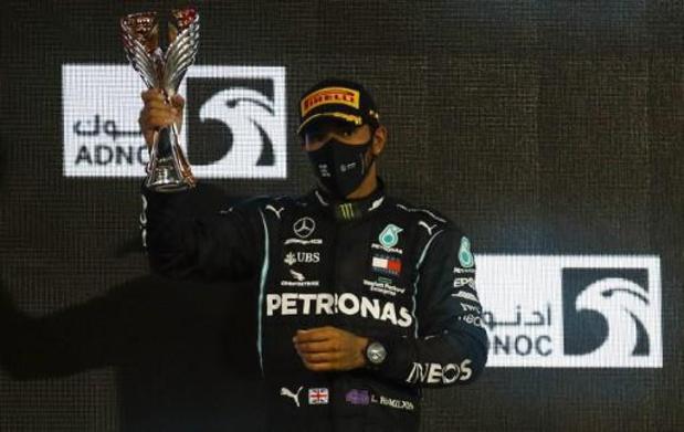 Lewis Hamilton geridderd door Britse Queen