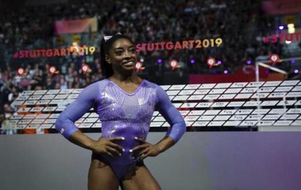 Simone Biles verovert wereldtitel op balk en heeft medaillerecord beet