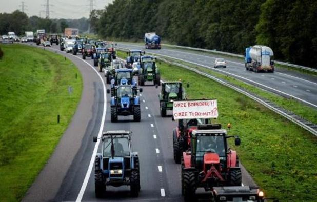 Nederlandse boeren stappen op snelweg uit tractor