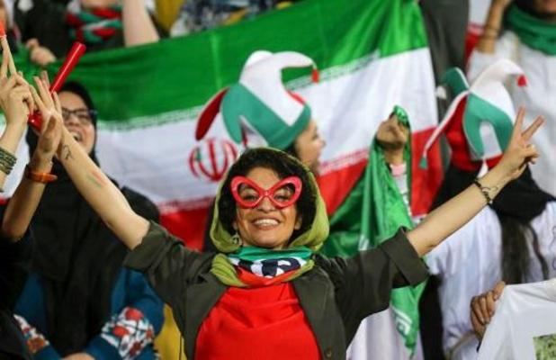 Vrouwen in Iran beleven eerste voetbalmatch in decennia in stadion