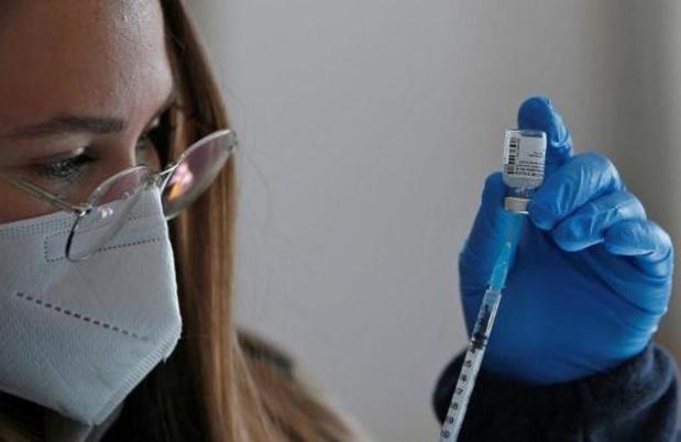 """Les vaccins Pfizer et AZ """"hautement efficaces"""" après une dose chez les plus de 70 ans"""
