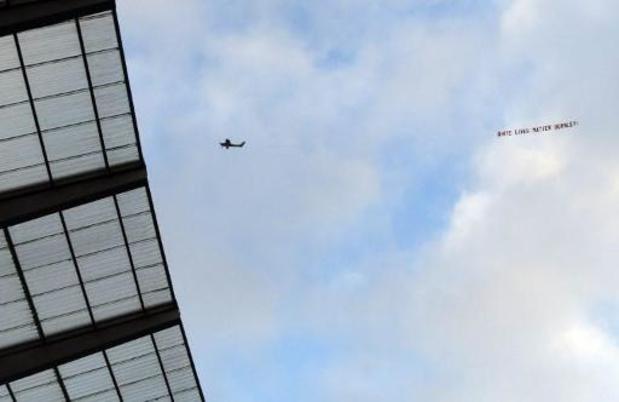"""Violences policières contre les Afro-Américains - Une bannière """"White Lives Matter"""" tirée par un avion survolant Manchester City-Burnley"""