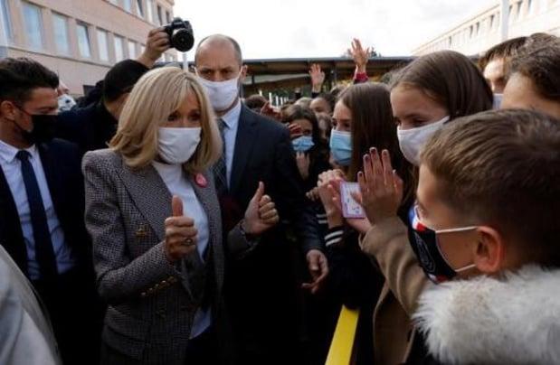 France: la Première dame Brigitte Macron se met en quarantaine