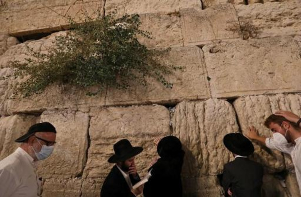 Israël gaat met sms en gps controleren of reizigers zich aan quarantaine houden