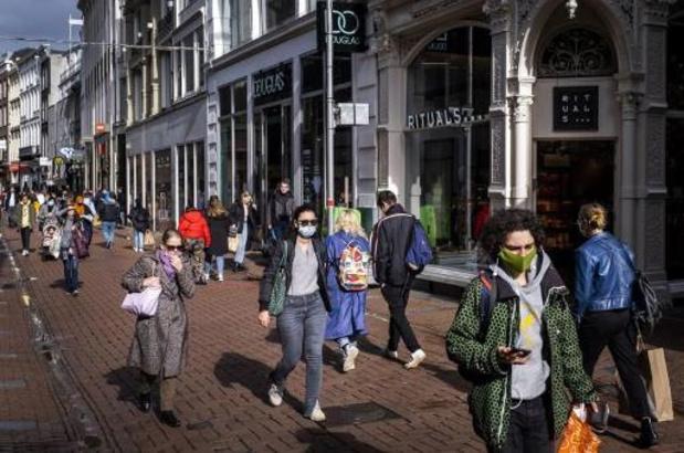 Aantal coronagevallen in Nederland daalt voor derde dag op rij