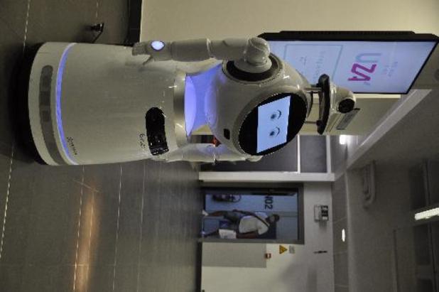 UZA test robot die koorts meet en mondmasker controleert