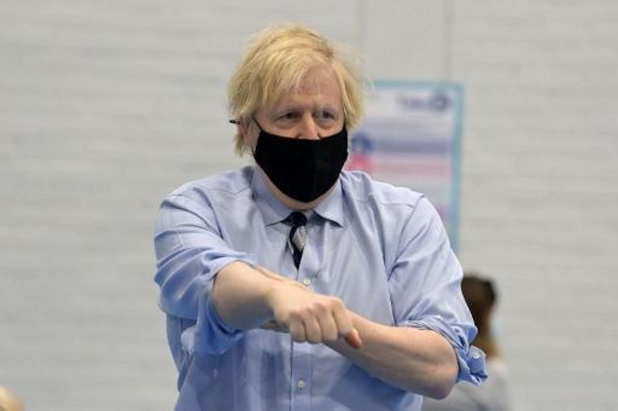 "Le vaccin d'AstraZeneca est ""sûr"", assure Boris Johnson"