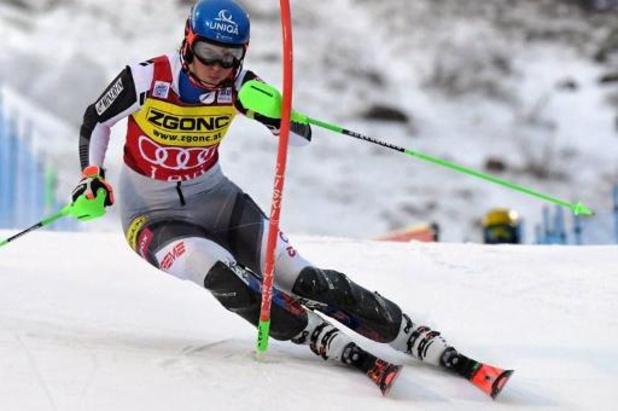 Petra Vlhova skiet naar zege in slalom van Levi
