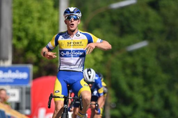 Robbe Ghys troeft Evenepoel in sprint af en wint 1e rit Baloise Belgium Tour