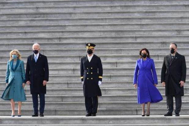 Biden en Harris inspecteren troepen voor het eerst