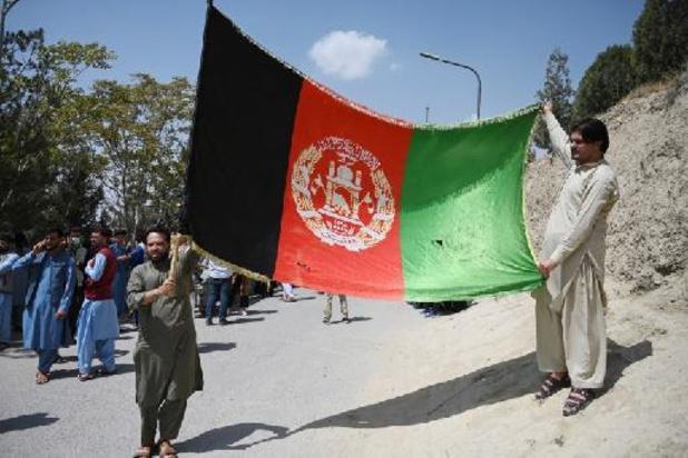 Des Afghans brandissent le drapeau national dans les rues, en geste de défi aux talibans