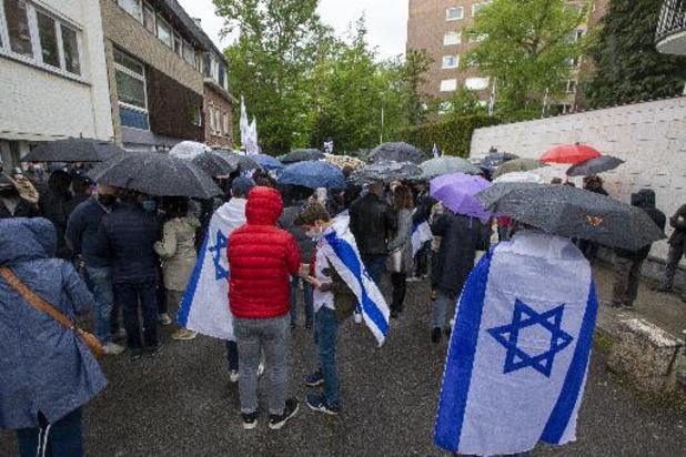 Enkele honderden mensen betogen steun aan Israëlische ambassade in Brussel
