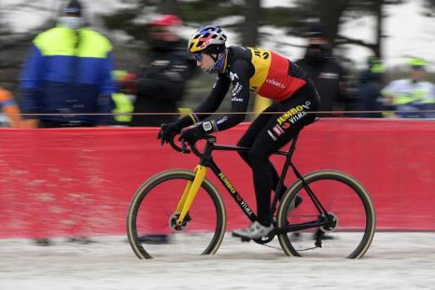 Wout van Aert étrenne son maillot tricolore par une victoire