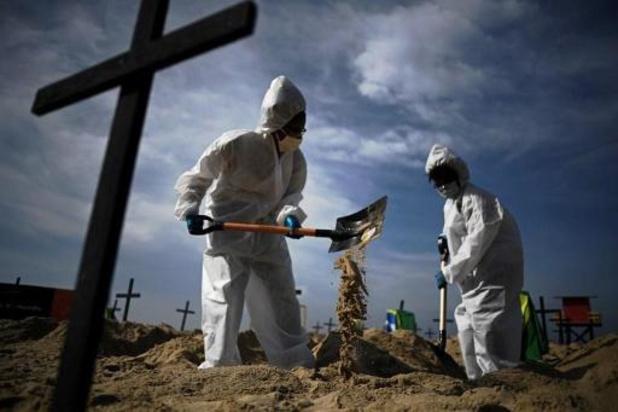Brésil : cent tombes à Copacabana pour honorer les morts du Covid-19