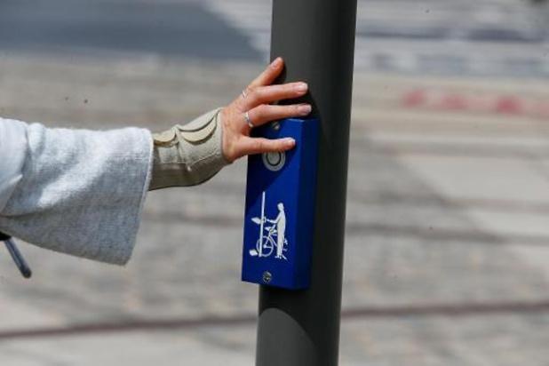 Minister Peeters roept op ellebogen te gebruiken aan drukknoppen verkeerslichten