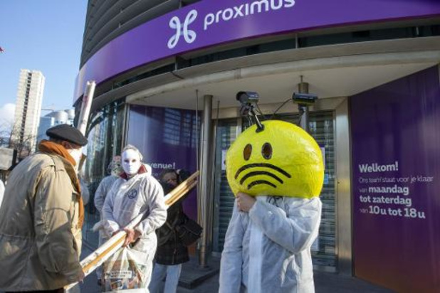 Extinction Rebellion bloque un magasin Proximus contre le déploiement de la 5G