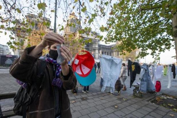Des vêtements d'enfant accrochés devant les bâtiments de justice bruxellois