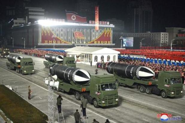 Noord-Korea pronkt met nieuwe ballistische raketten tijdens militaire parade