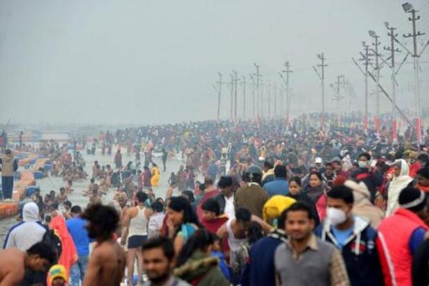 Duizenden Indiërs baden, ondanks corona, in Ganges