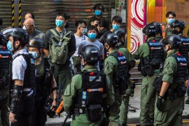 La police s'en prend aux manifestations contre le report des législatives à Hong Kong