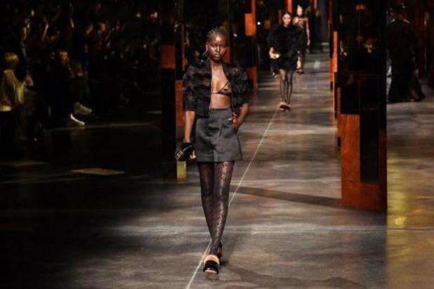 Mode à Milan : Versace et Fendi s'entremêlent, la mini-jupe de retour