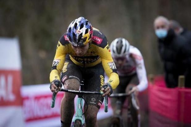 Van Aert wint in Herentals eerste cross van seizoen, Van der Poel rijdt lek