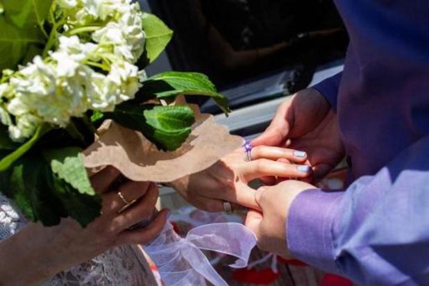 Il n'est pas permis de danser aux mariages, sauf les mariés