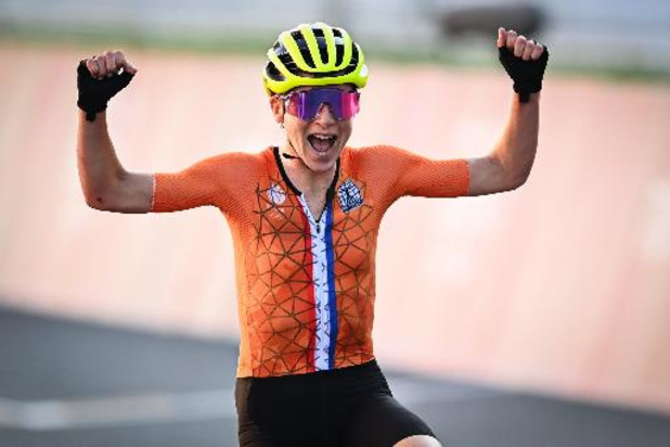 Annemiek van Vleuten, 2e, lève les bras en pensant avoir gagné la course en ligne dames