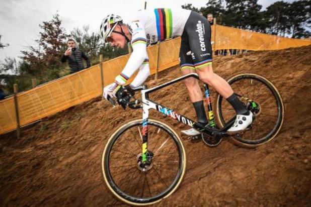 """Coupe du monde de cyclocross - Van der Poel décrit un succès """"difficile"""" et salue le retour de Wout van Aert vendredi"""